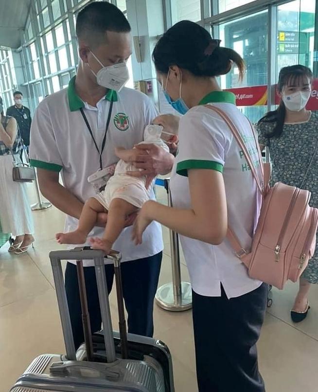 Bố ôm tạm biệt con thơ lên đường vào 'tâm dịch' TP.HCM