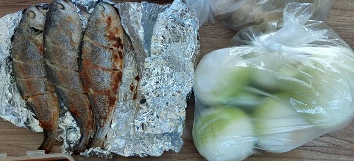 Cha mẹ già ở quê 15 năm gửi đồ ăn cho con trên thành phố