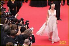 Con gái tài tử Jude Law gây chú ý với tóc bạch kim cạo sát đầu
