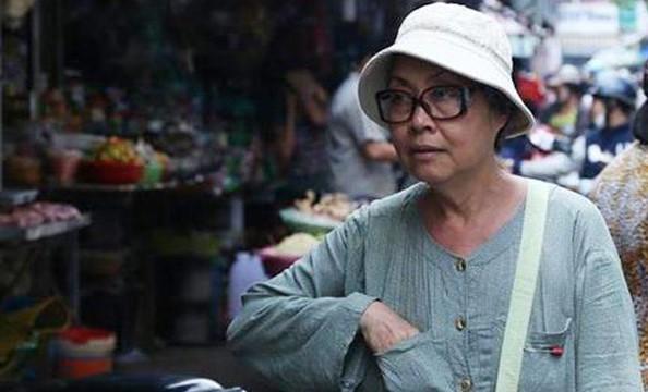 Nghệ sĩ Thanh Xuân và em gái ăn bánh mì chấm nước tương mùa dịch