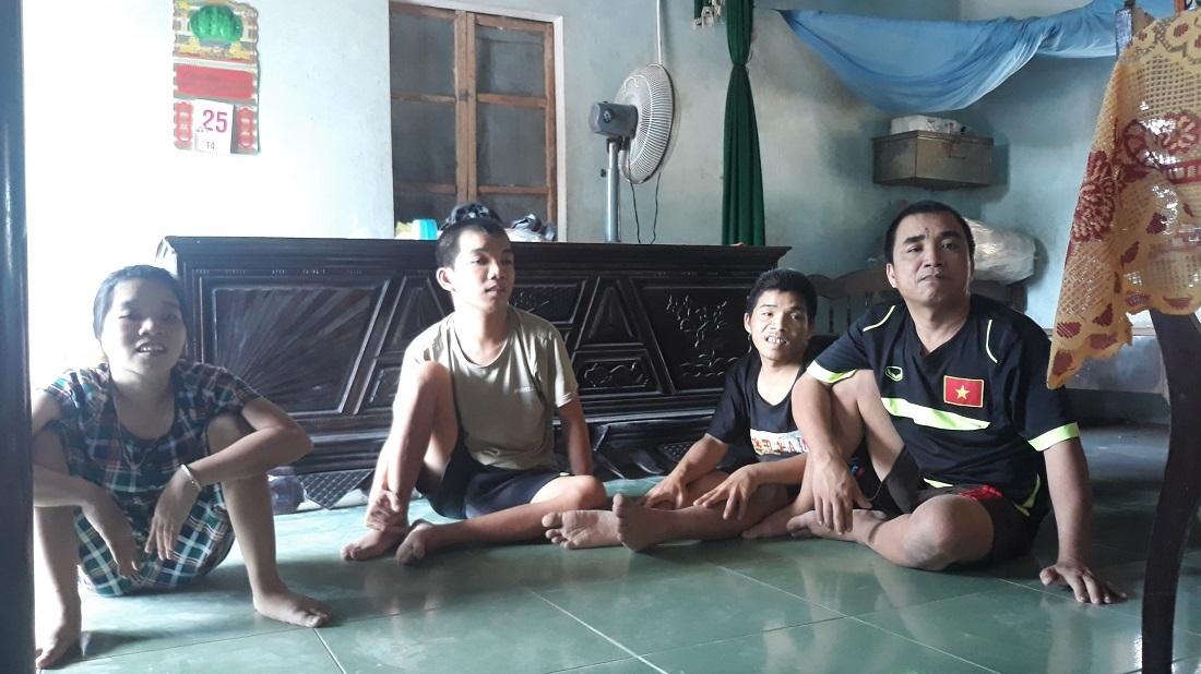 Bi đát cảnh mẹ già chăm 4 người con tật nguyền do nhiễm chất độc da cam