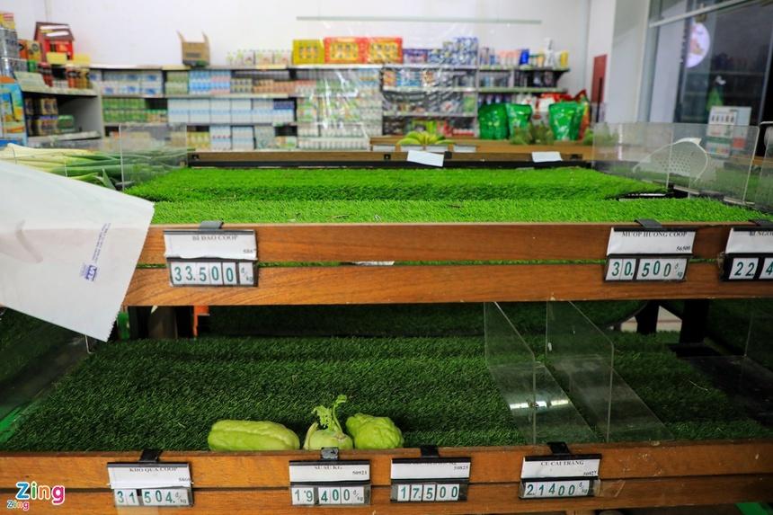 Rau tại chợ TP.HCM tăng giá mạnh, rau ở vườn ế ẩm