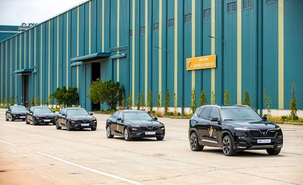 VinFast bàn giao 18 xe Lux cho công ty thép VAS Nghi Sơn