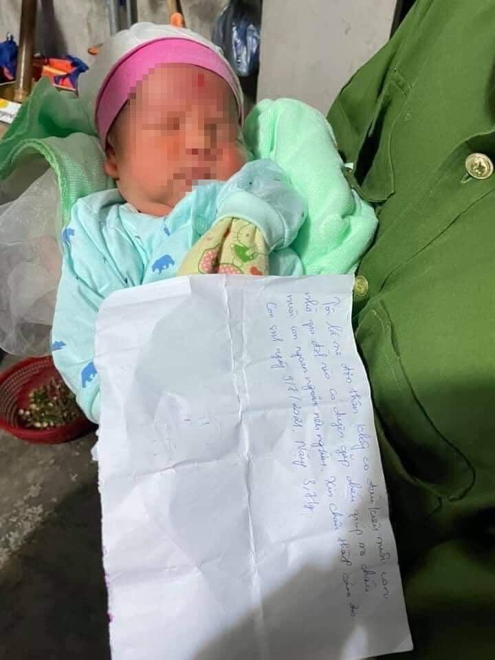 Phát hiện bé trai sơ sinh bị bỏ rơi ở sát cánh đồng huyện Ứng Hòa, Hà Nội