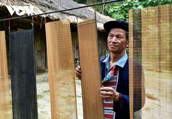 Weaving screens for paper-making craft
