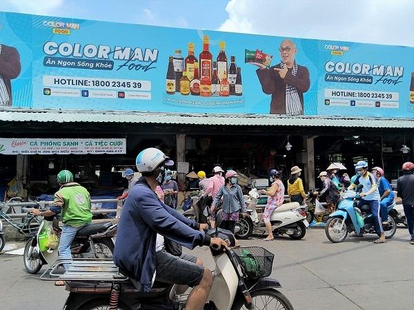 Đội nắng xếp hàng cả tiếng chờ vào siêu thị, cửa hàng thực phẩm ở TP.HCM