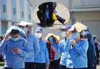 Xếp hàng chờ xét nghiệm dưới nắng nóng, công nhân ở Đà Nẵng ngất xỉu