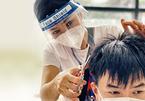 Phương Thanh cắt tóc, H'Hen Niê nấu cơm cho người dân vùng phong tỏa