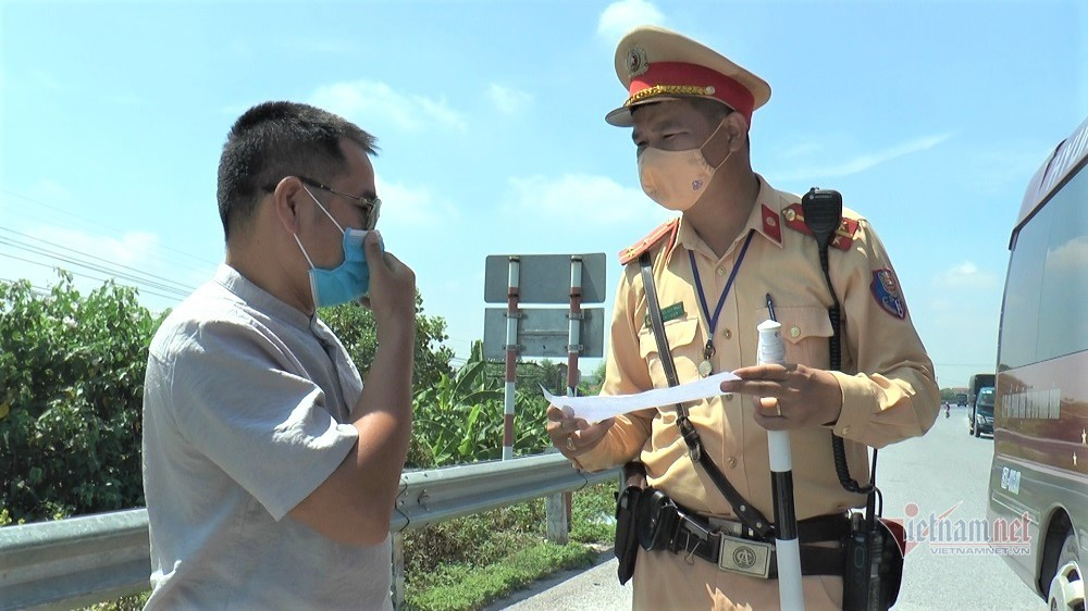 Đội nắng kiểm soát dịch Covid-19 ở cửa ngõ Hà Nội