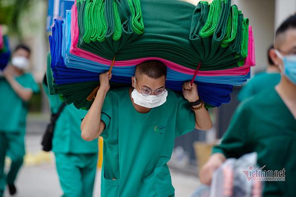 Thứ trưởng Bộ Y tế nêu ra nhiều bất cập với y, bác sĩ chống dịch