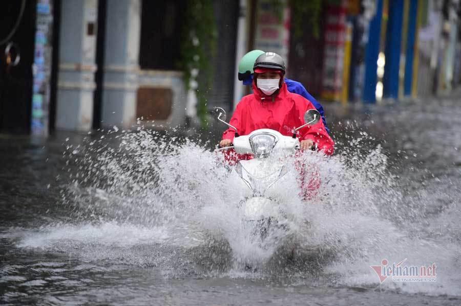 TP.HCM mưa lớn trên diện rộng, nhiều nơi ngập nặng
