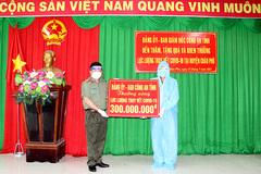 Đại tá Đinh Văn Nơi trao thưởng 300 triệu cho các cán bộ chống dịch ở điểm 'nóng'