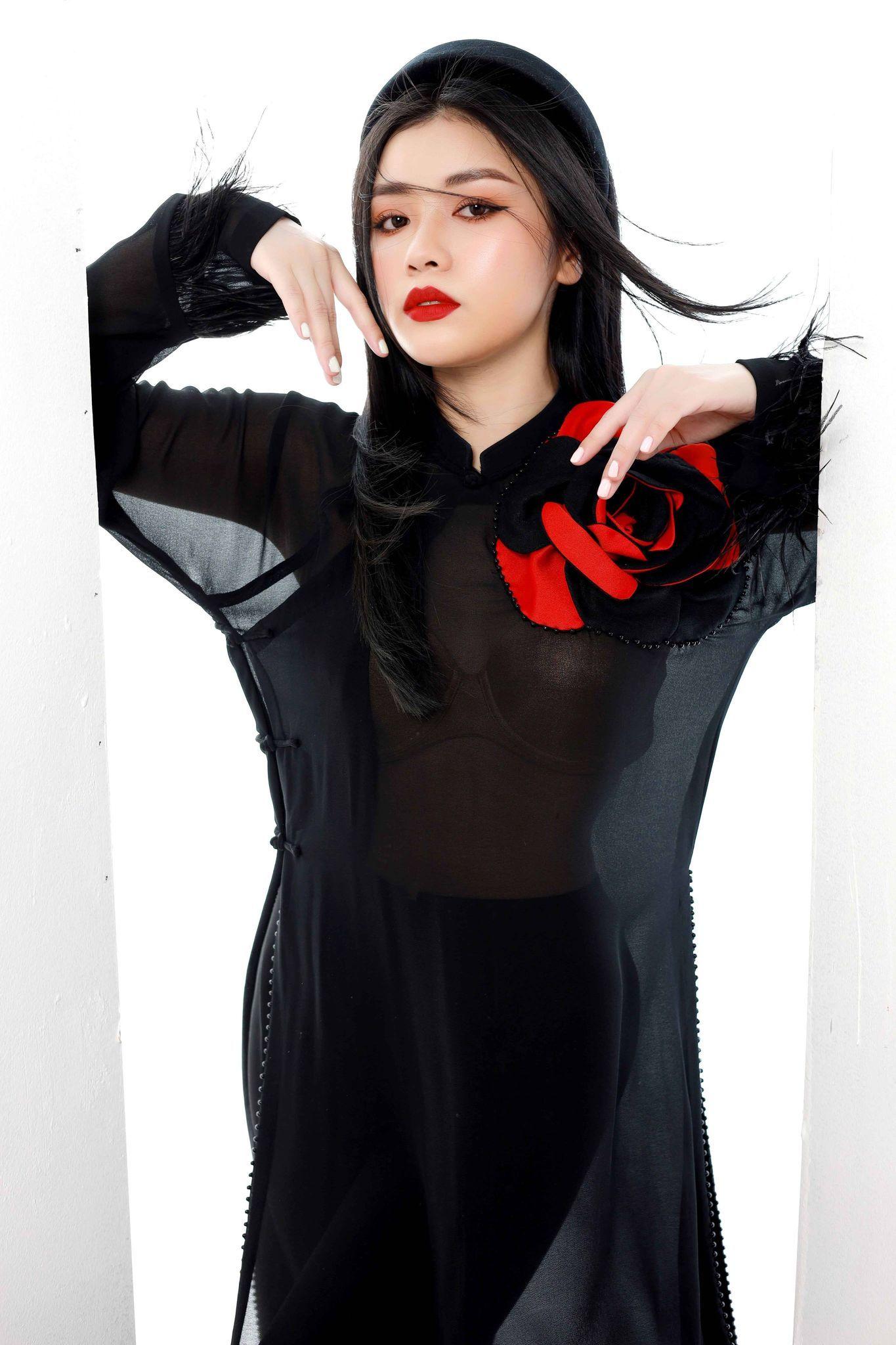 Sao Mai Thu Hằng biến hóa với áo dài đỏ - đen