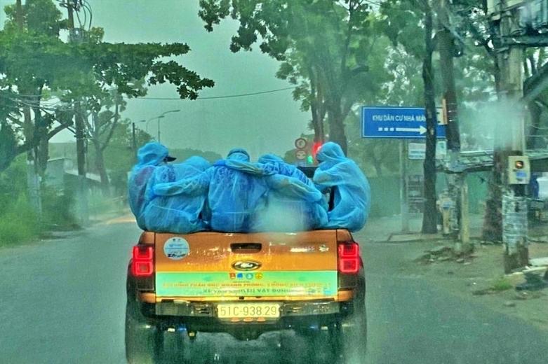 Chia sẻ cảm động của nhân vật trong ảnh tình nguyện viên ôm nhau dưới mưa