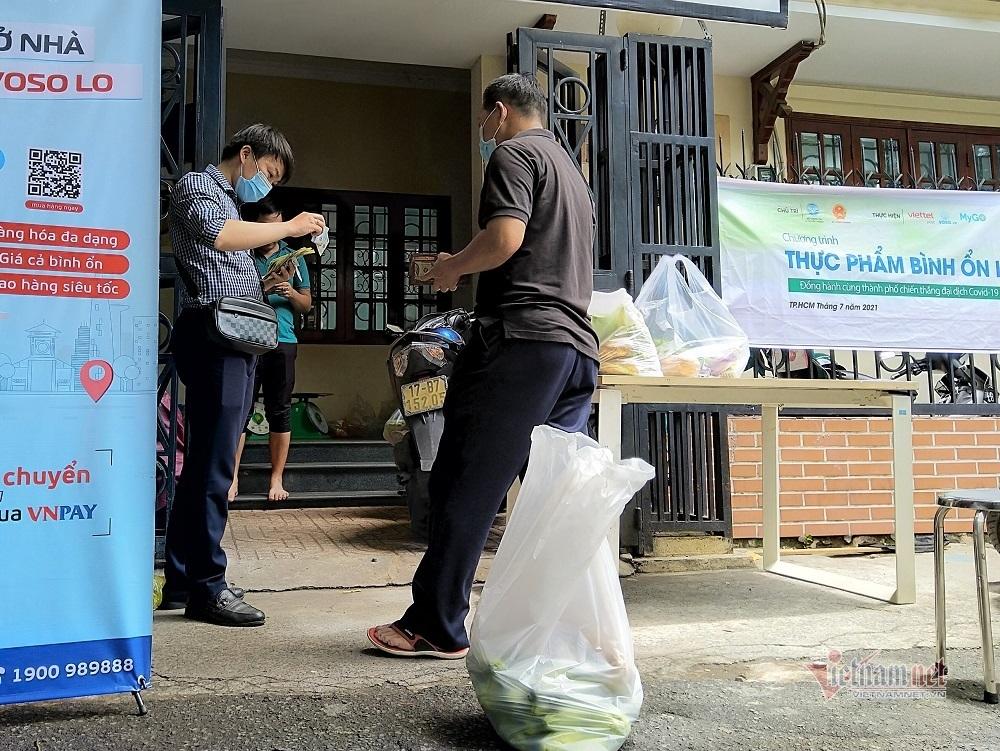 Sài Gòn lạ lẫm: Xếp hàng mua rau đồng giá, gói sẵn không chọn lựa