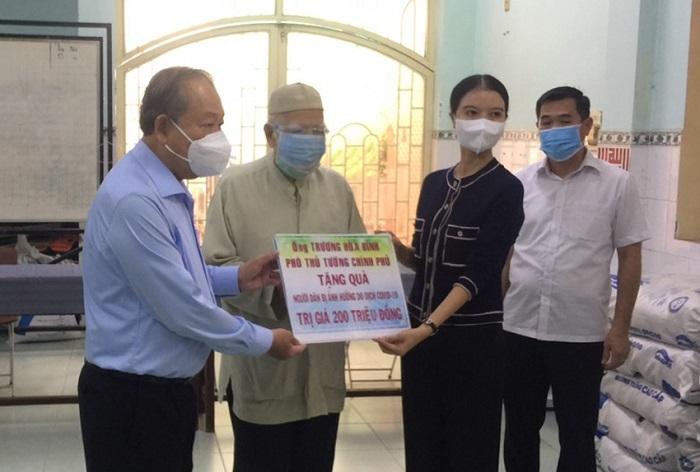 TPHCM: Phó Thủ tướng Thường trực Trương Hòa Bình tặng quà đồng bào Chăm bị ảnh hưởng Covid-19