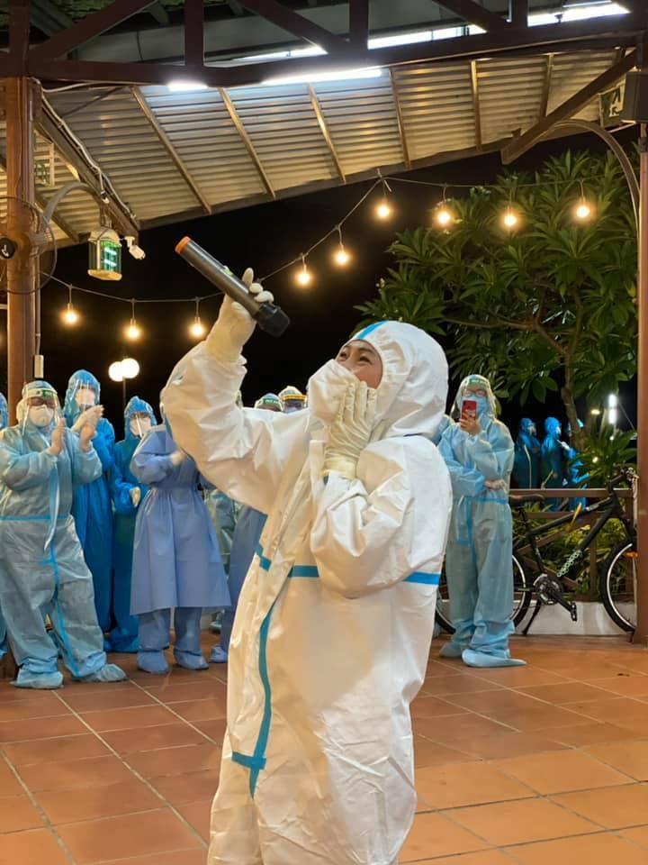 Phương Thanh: 'Dân nấu nồi cháo gà, nghệ sĩ đi tình nguyện vừa ăn vừa khóc'
