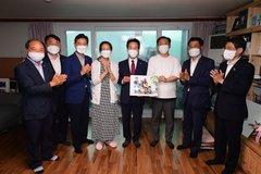 Vợ chồng U50 sinh con thứ 9, được chính quyền khen ngợi