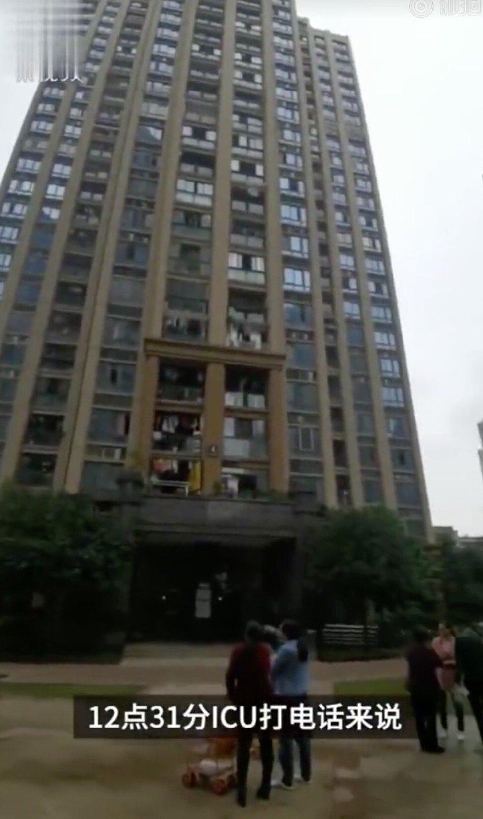 Bị người tình xúi giục, ông bố ném 2 con ra ngoài cửa sổ chung cư