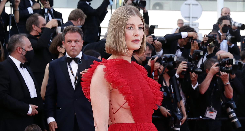 Sao 'Cô gái mất tích' diện đầm lộ ngực trên thảm đỏ Cannes