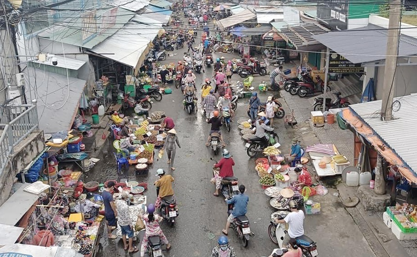 Người dân miền Tây đổ xô đi chợ, giá thực phẩm tăng vọt