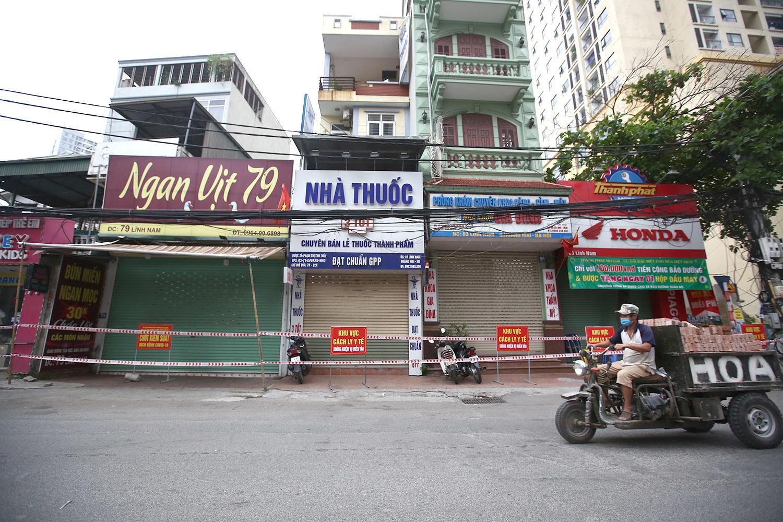 Phong tỏa chung cư hơn 900 người và nhiều cửa hàng trên đường Lĩnh Nam
