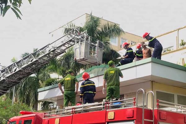 Giải cứu bệnh nhân định nhảy lầu tự tử ở viện tỉnh Nghệ An