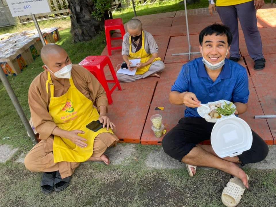 Sao Việt hôm nay 19/7: MC Quyền Linh giản dị làm từ thiện - VietNamNet