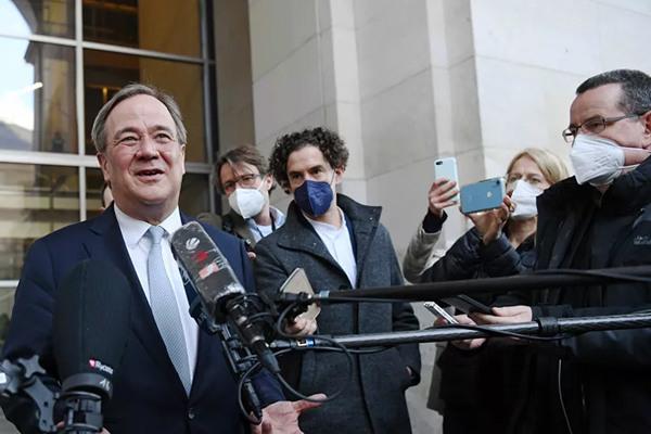Cười ở họp báo về lũ lụt chết người, ứng viên thủ tướng Đức 'hứng bão'