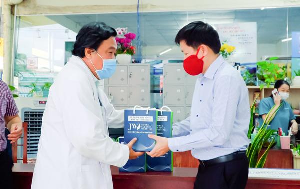 Bệnh viện JW viện trợ hàng trăm thiết bị y tế tiếp sức tâm dịch TP.HCM
