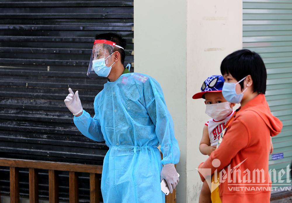 Quận Đống Đa lấy mẫu xét nghiệm liên quan ca bệnh ở 132 Bùi Thị Xuân