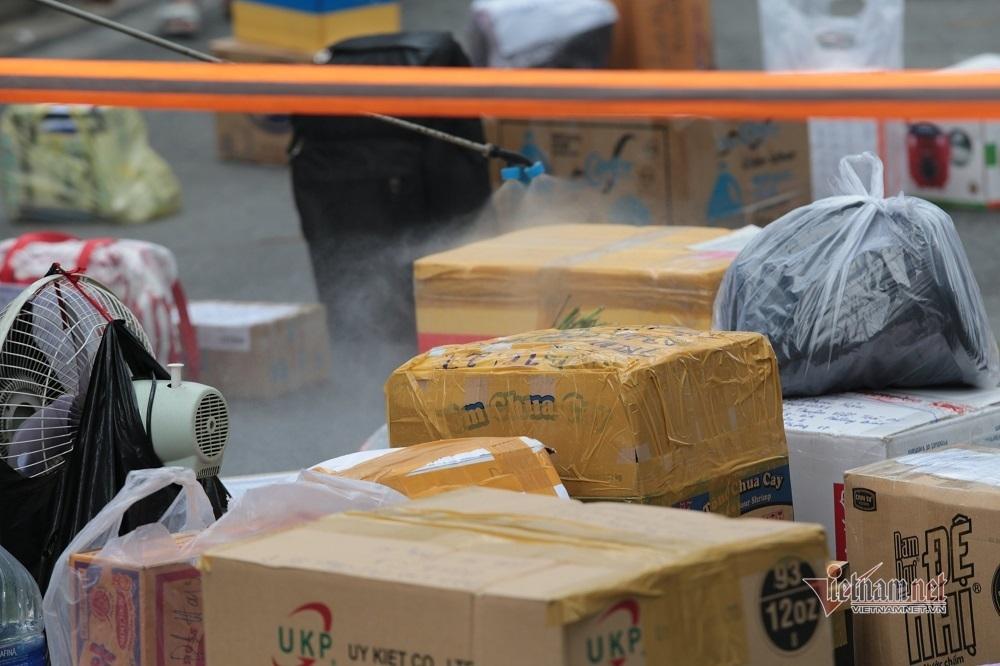 Shipper kiên nhẫn chờ trước bệnh viện dã chiến TP.HCM gửi đồ cho F0