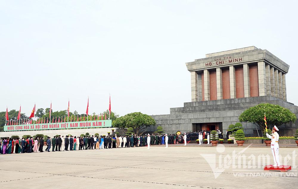Lãnh đạo Đảng, Nhà nước và các Đại biểu Quốc hội vào Lăng viếng Bác