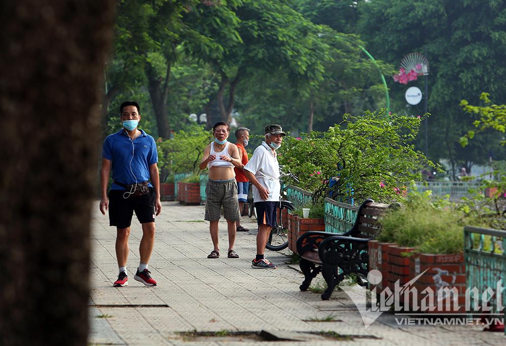 Dưới gốc cây, từng góc phố người Hà Nội vẫn tranh thủ thể dục sáng