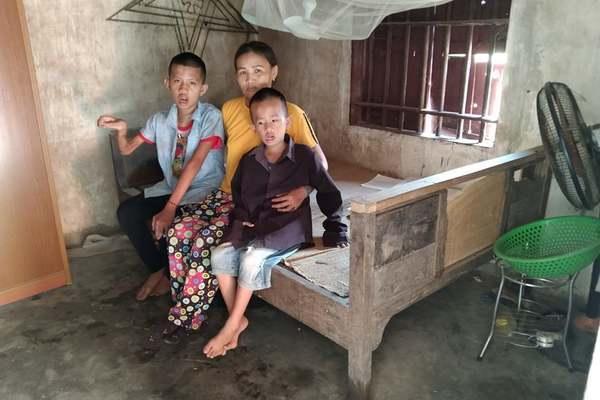 Giọt nước mắt cay đắng của người mẹ nghèo chăm hai con bị thần kinh