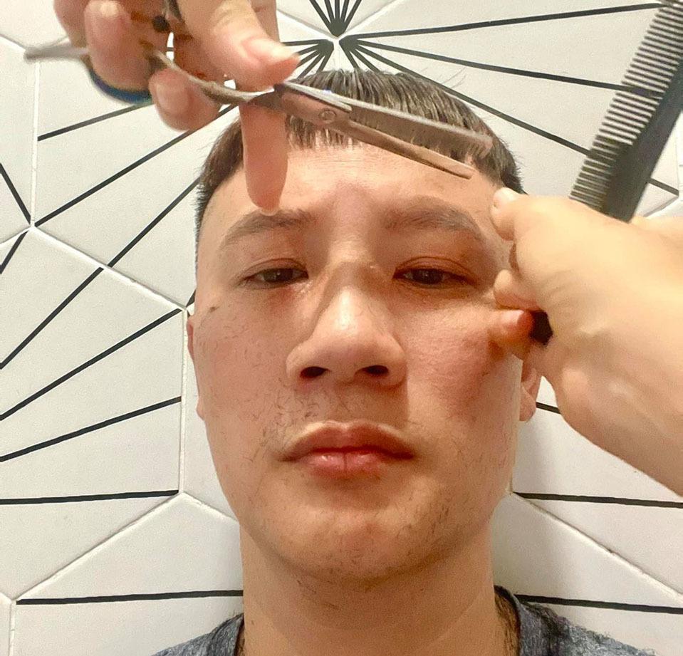 Ở nhà mùa giãn cách, cười thả ga khi sao nam được vợ cắt tóc