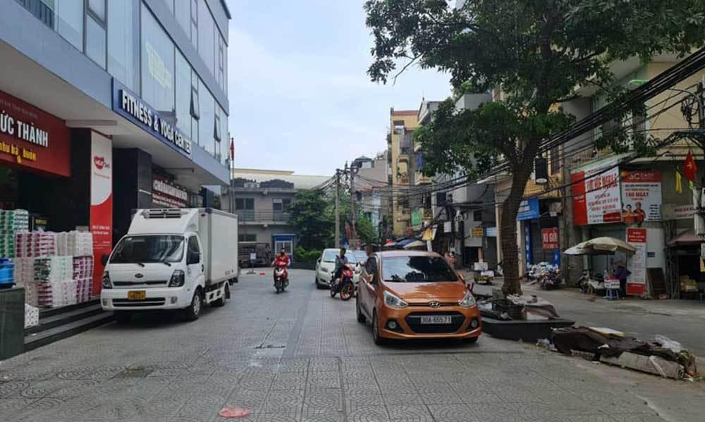 Cảnh sát truy tìm nhóm côn đồ tấn công người đàn ông tại Thanh Xuân