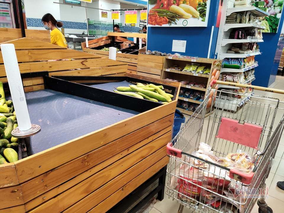 Hanoi tightens measures to prevent pandemic, residents rush to buy goods