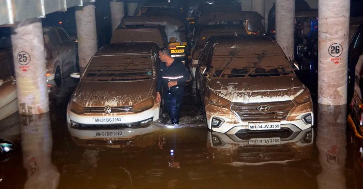 Hơn 400 ô tô ngập sâu dưới nước trong hầm chung cư
