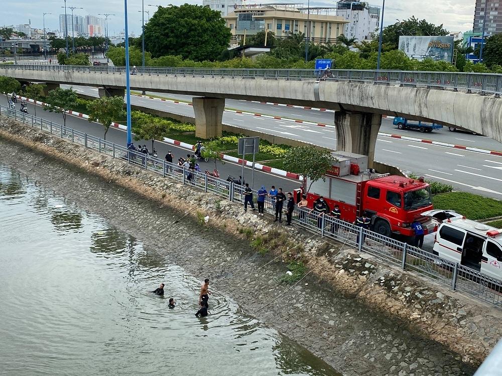 Một phụ nữ nhảy cầu Nguyễn Văn Cừ tự tử