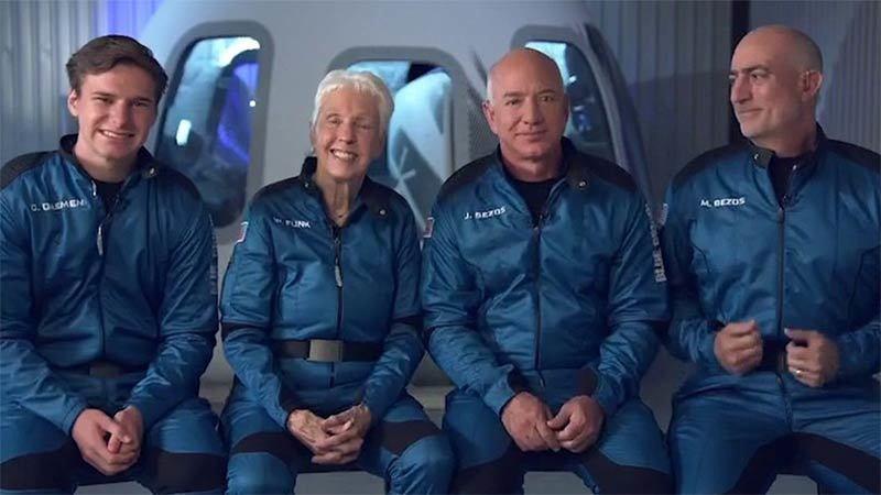Tỷ phú Bezos bay lên vũ trụ thành công