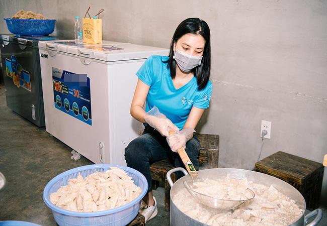 Xúc động nghĩa cử của sao Việt trong mùa dịch