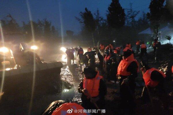 Lũ lụt lớn ở Trung Quốc, xe bơi trong nước, đi tàu điện ngập nửa người