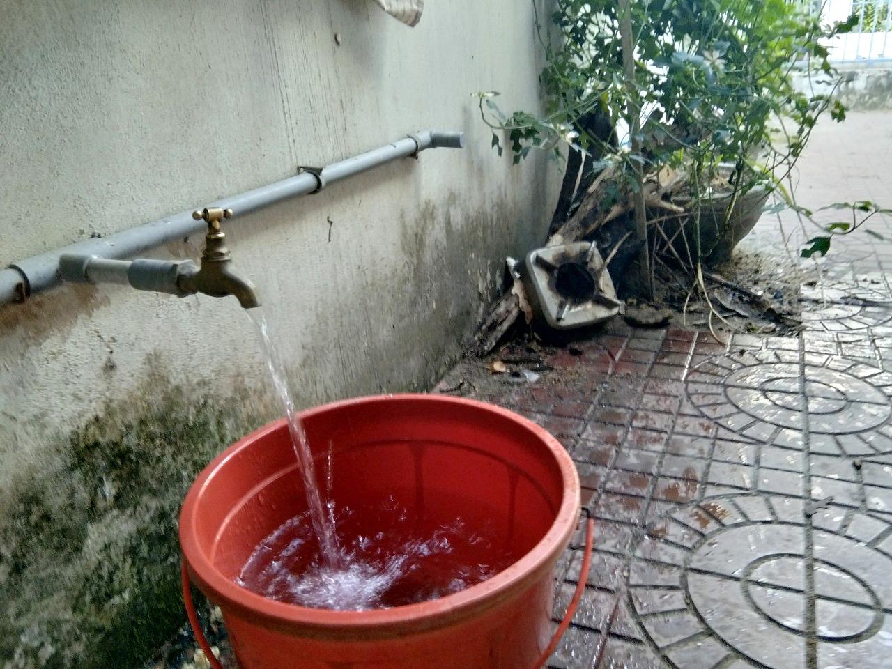 Phú Yên dùng xe cứu hỏa tiếp nước vào bệnh viện điều trị F0