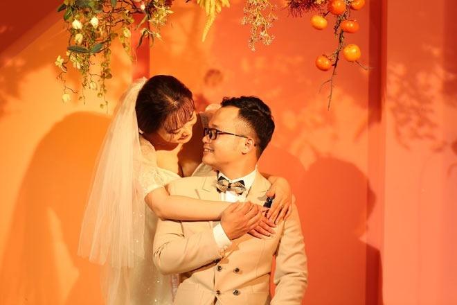 Không thể về quê, đôi trẻ tổ chức đám cưới online ở phòng trọ
