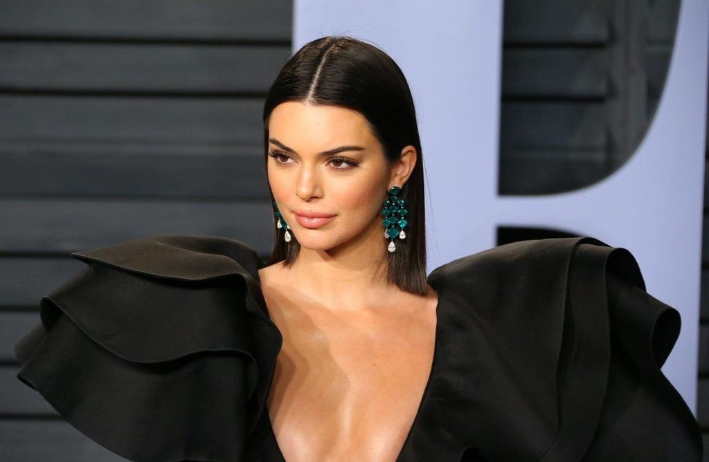 Kendall Jenner diện đồ xuyên thấu lên bìa Vogue