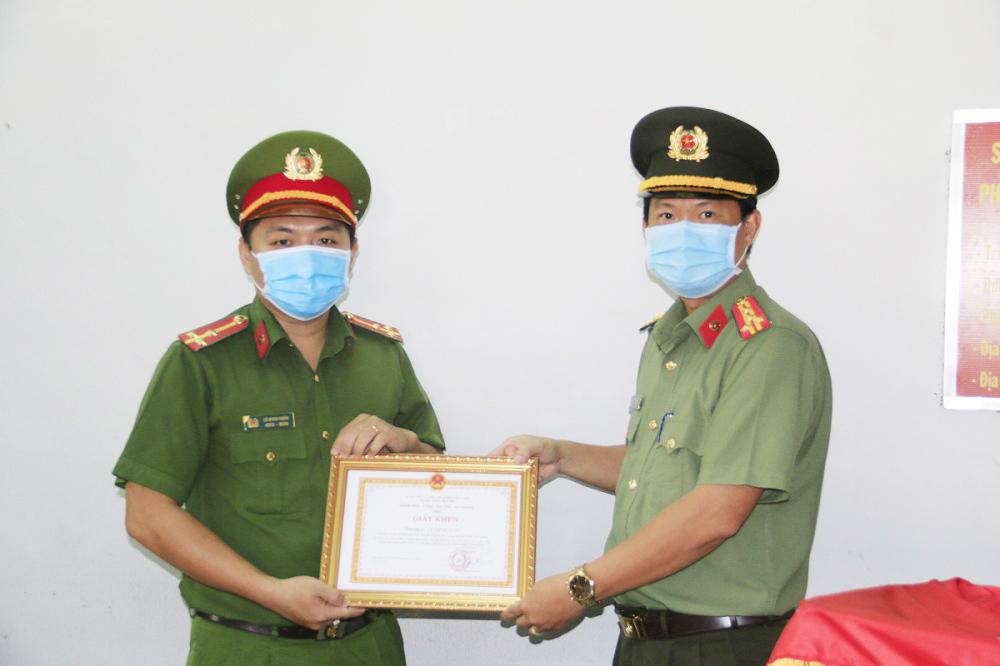Chồng sản phụ cảm ơn Thượng úy công an đưa vợ mình đi sinh an toàn