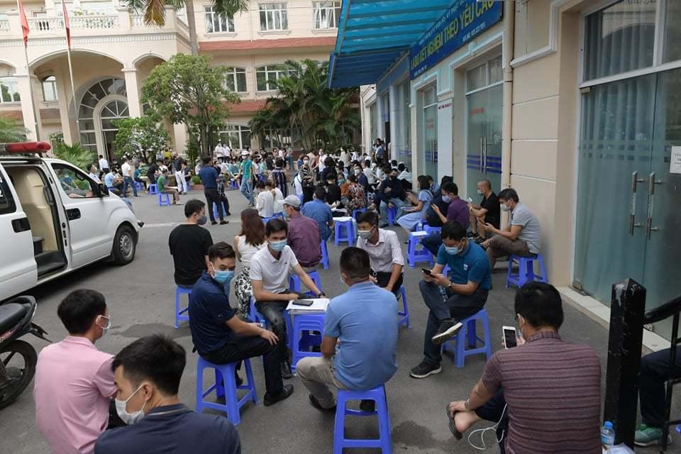 Xếp hàng chật cứng chờ xét nghiệm Covid-19 làm 'giấy thông hành' ở Hà Nội