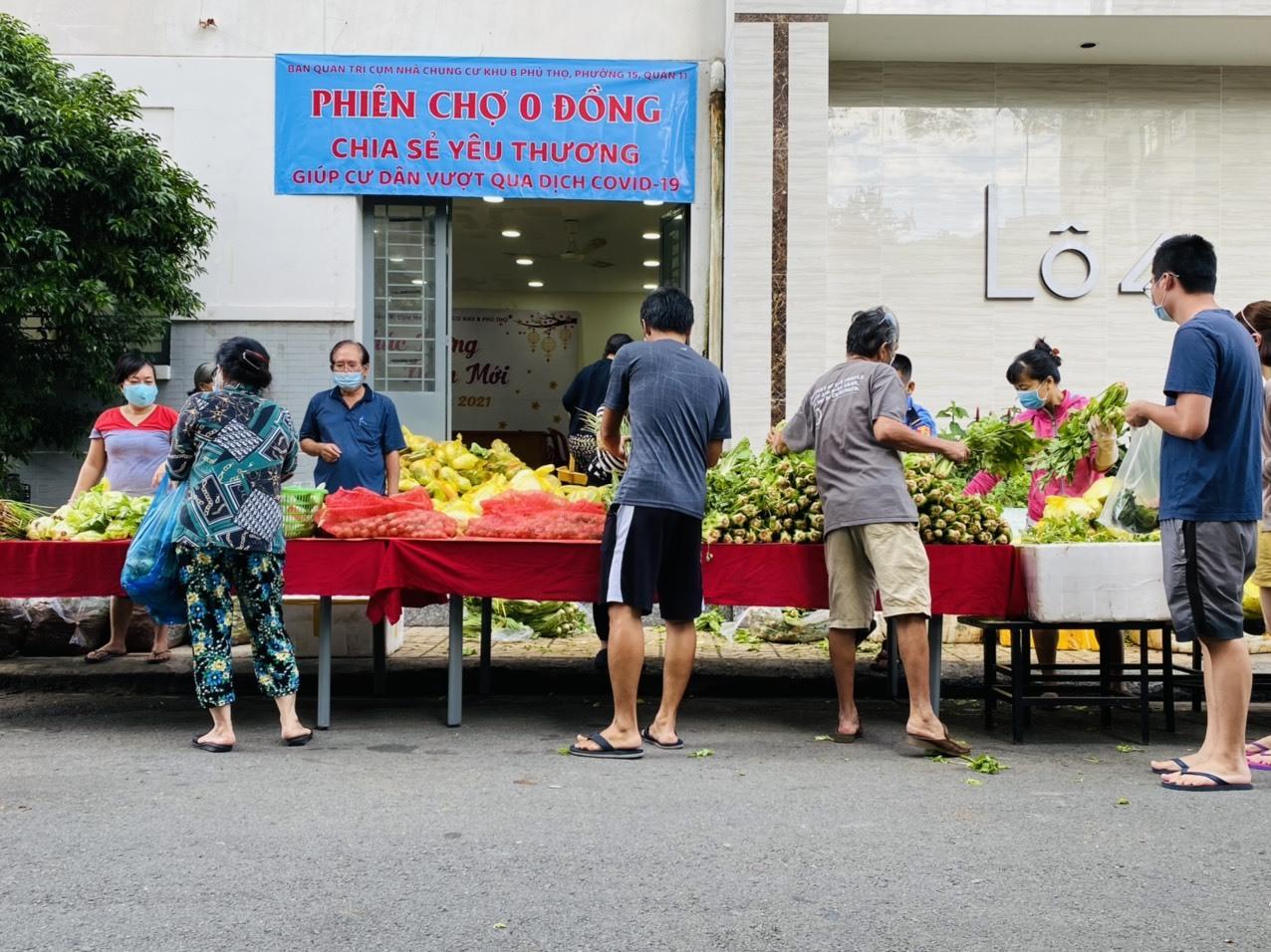 Phiên chợ 0 đồng sẻ chia rau củ cho người dân TP.HCM