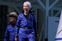Khách phàn nàn về tàu vũ trụ của Jeff Bezos